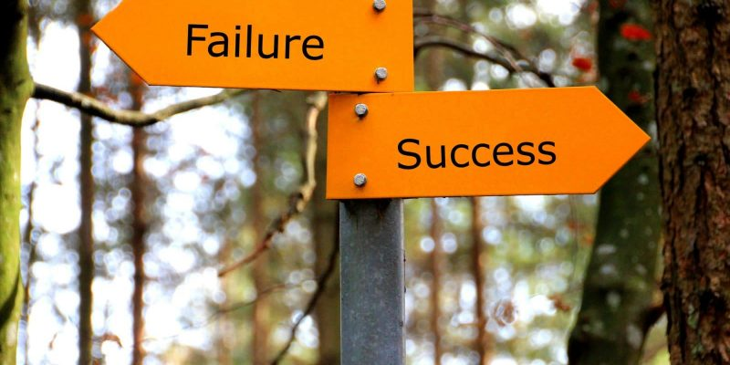 A sign that points in two opposite directions, Failure and Success